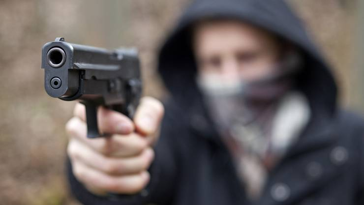 Der alkholisierte Mann trug eine Pistole mit sich. (Symbolbild)