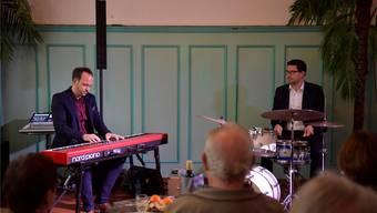 Chris Conz (links) und Mario Von Holten spielen im Rössli-Saal in Grenchen.
