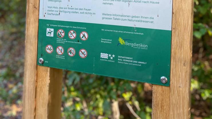 Die Signaltafeln am Egelsee, erklären den Besuchern, worauf sie achten sollen.