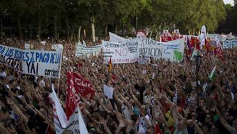Menschen gehen in Spanien aus Protest auf die Strasse