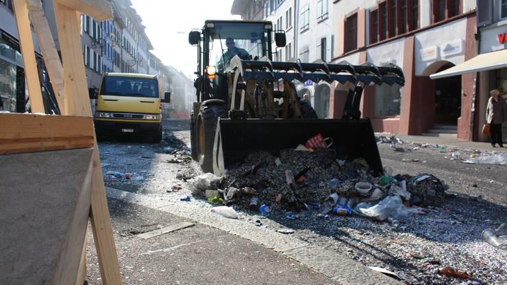 Mit schweren Maschinen rückt die Putzequipe am Montagmorgen an.