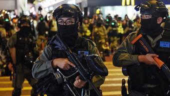 In Hongkong ist es erneut zu Protesten und vereinzelten Ausschreitungen gekommen. Laut einem Zeitungsbericht setzte die Polizei Tränengas gegen Demonstranten ein, die die Beamten demnach mit Objekten beworfen haben sollen.