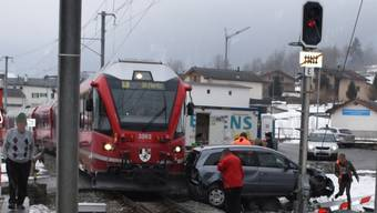 Albtraum auf den Geleisen: Eine Autolenkerin und ihre beiden Kleinkinder wurden in Poschiavo GR zwischen Bahnschranken eingeschlossen und vom Zug gerammt.