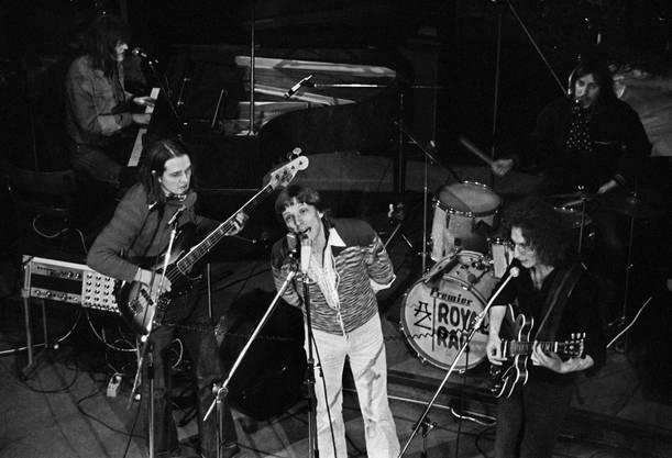 Polo Hofer, vorne Mitte, singt mit der Mundart-Rockband Rumpelstilz am 21. Dezember 1975 an einem Konzert. Am Bass, vorne links, spielt Sämi Jungen, hinter ihm am Flügel Hanery Amman, rechts an der Gitarre Schifer Schafer und im Hintergrund am Schlagzeug Küre Güdel.