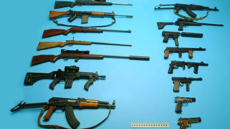 Nach einem Schusswechsel fand die Polizei im Haus eines Waffennarren zahlreiche Gewehre und Pistolen.