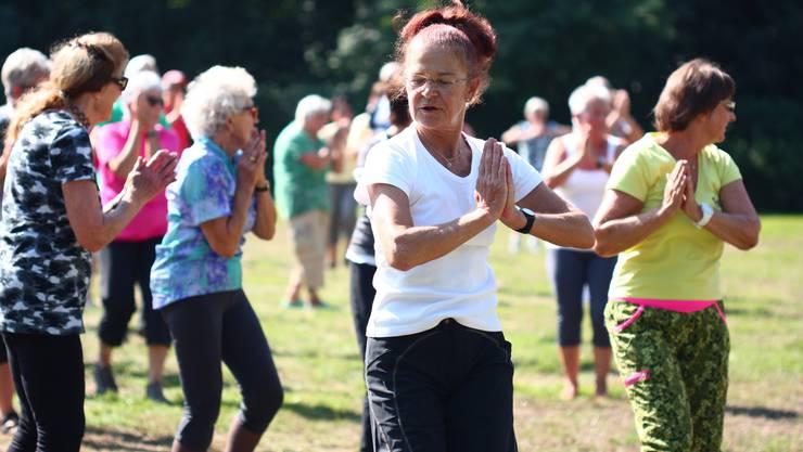 Die Tanzübungen erfordern zuweilen hohe Konzentration, hier beim Zumba Gold