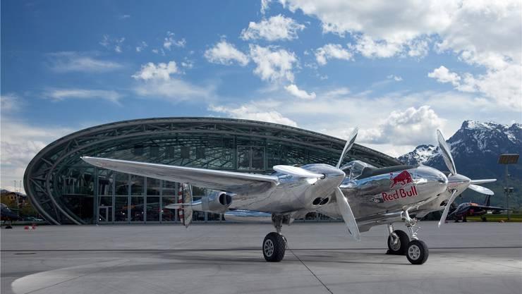 Die Lockheed P-38 Lightning in den Red-Bull-Farben.