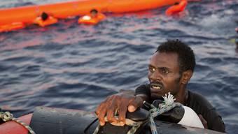 Ein Flüchtling aus Eritrea bei einer Rettungsaktion im Mittelmeer im vergangenen Jahr. In der Schweiz beschäftigt die Aufnahme von eritreischen Flüchtlingen das Parlament.