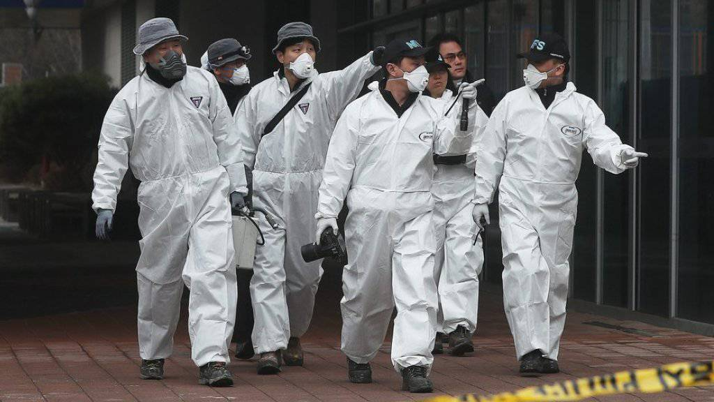 Brandermittler und Feuerwehrleute suchen nach der Ursache für ein Feuer in einem Einkaufszentrum in Südkorea. Bei dem Brand starben vier Menschen, fast 50 weitere wurden verletzt.