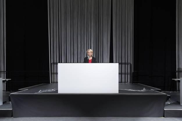 Nationalratspräsidentin Isabelle Moret sitzt an ihrem Platz im neu eingerichteten Nationalratssaal auf dem Bernexpo Gelände.