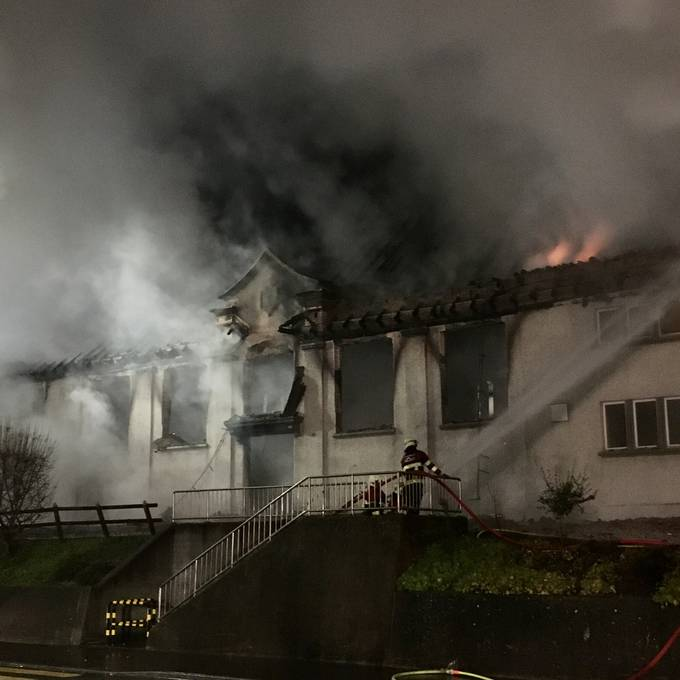 Brand zerstört Turnhalle in Holderbank