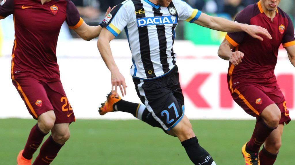 Der Schweizer Internationale Silvan Widmer (Mitte) erhält bei Udinese einen neuen Trainer