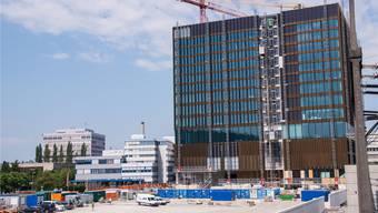 300 Millionen Franken kostet der Neubau der FHNW in Muttenz. Im Herbst 2018 löst er das aktuelle FHNW-Hochhaus (links hinten) ab.
