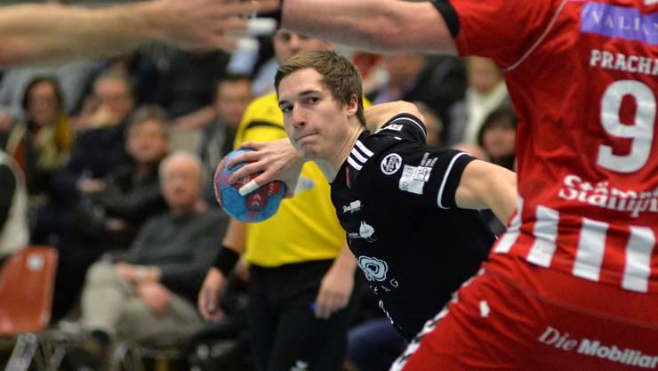 Der Aargauer Patrick Romann versucht es gegen den BSV Bern aus dem Hinterhalt.