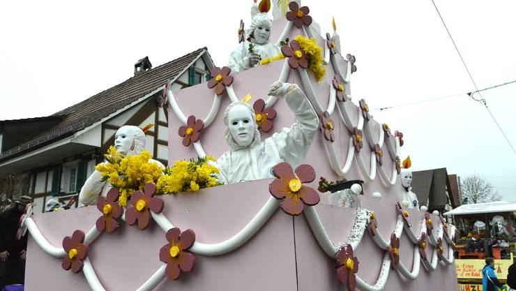 Die Lindenplatz Waggis feiern ihr 10-Jähriges. Der Wagen ist eine grosse Geburtstagstorte, die Besatzung sind Kerzen.