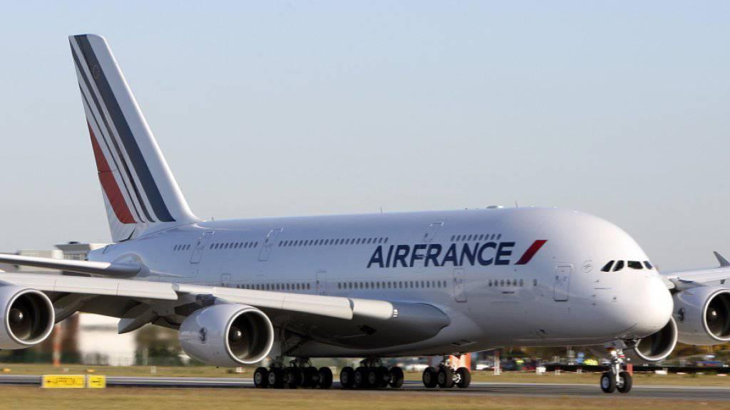 Flugbegleiterinnen von Air France wehren sich gegen die Kopftuchpflicht bei Landungen im Iran.