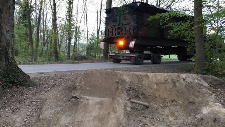 Die Velofahrer landeten bei ihren Sprüngen knapp vor Fahrzeugen der Armee – eine gefährliche Situation.