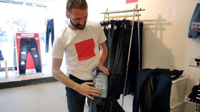 Sascha Hümbeli, Gründer der Modemarke Torland, stellt sein neuestes Jeansmodell vor.