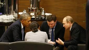 US-Präsident Obama (l.) und sein russischer Amtskollege Putin (r.) unterhalten sich am Rande des G20-Gipfels in der Türkei.