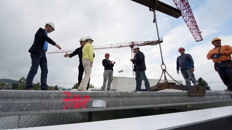 Martin Künzler (l.), Geschäftsführer Publicare AG, und Christoph Schoop, Totalunternehmer, geben sich die Hand auf dem Geschäftshaus Vorderi Böde.