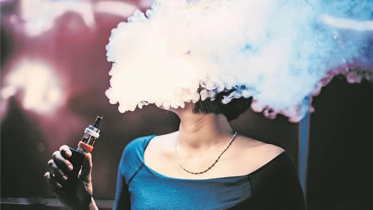 Kopf in den Wolken: Künftig werden nur noch Erwachsene E-Zigaretten paffen dürfen.