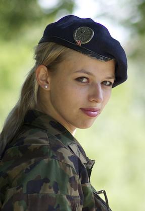 Karin Bertschi steht als Militärangehörige auch für die Schweizer Armee im Einsatz. (Archivbild von 2013)