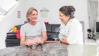 «Sie war eine riesige Hilfe», sagt Rolf Möschler – «Er hat das sehr gut gemacht», sagt Margreth Rütti von der Palliative Spitex Region Lenzburg. Wo heute das Sofa steht, stand damals das Pflegebett von Rolf Möschlers Frau.