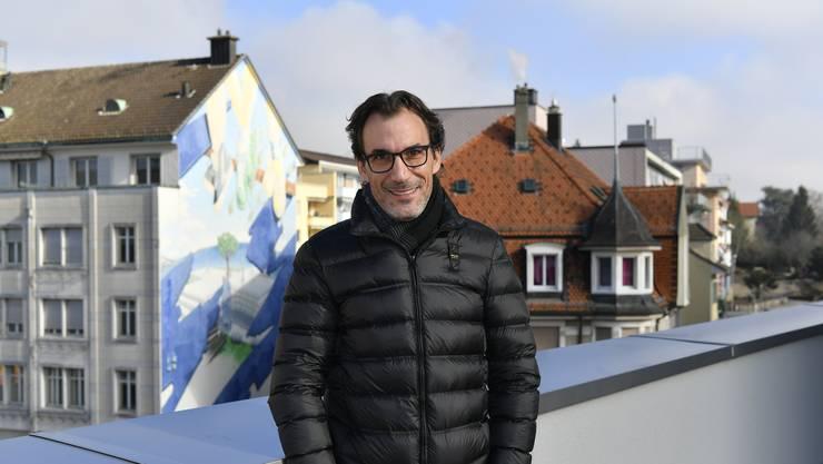 Marco Crivelli auf dem Dach des Sockelbaus des Centro-Gebäudes, wo er auch arbeitet.