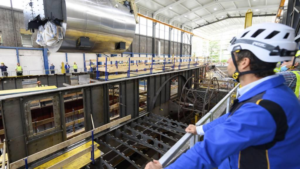 Hier wird der neue 32 Tonnen schwere Dampfkessel in die Rhône eingesetzt. Der Raddampfer wurde 1927 von Sulzer in Winterthur gebaut.