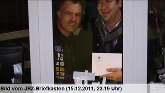 Christoph Heiniger, begleitet von Einwohner Ivan Mühlheim, übergibt Flumenthals Spende
