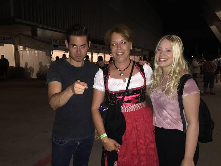 Jasmin (rechts) liebt den Andreas Gabalier (Bild: Lara Abderhalden)