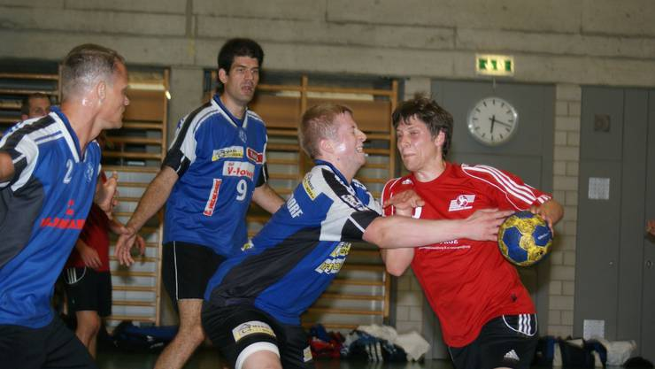 Fabian Beltrami vom HC Dietikon-Urdorf (links) lässt Limmats Patrick Tremp auflaufen.