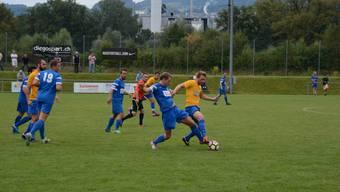 Hier kämpfen Oliver Röthlin (links) und Yannik Ryf (rechts) um den Ball. Doch die Schlieremer (gelbe Trikots) hatten nicht den Hauch einer Chance.