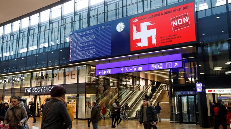 Die Werbung flimmerte auch über den Bildschirm am Bahnhof Genf.