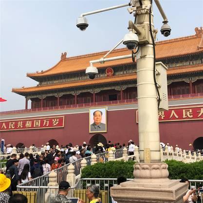 Doppelte Überwachung: Kameras und Maos wachsamer Blick.