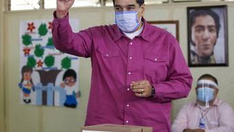 Nicolas Maduro, Präsident von Venezuela, gibt in einem Wahllokal seine Stimme ab. Foto: Ariana Cubillos/AP/dpa
