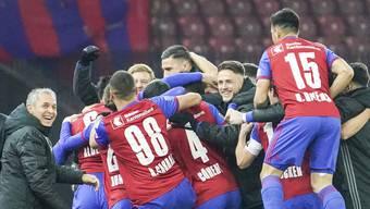Ein Bild, das Einigkeit vermitteln soll: Nach den ersten beiden Toren jubelt der FCB mit der Bank und dem Staff.