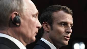 Frankreichs Präsident Emmanuel Macron (rechts) will dem russischen Präsidenten Wladimir Putin (links) seine Grenzen klarmachen. (Archivbild)
