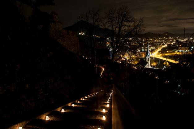 Auf jeder Treppenstufe wurde ein Kerzchen angezündet.