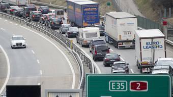Auf der Autobahn A2 vor dem Gotthard Tunnel hat der diesjährige Osterstau bereits am Gründonnerstagmorgen eingesetzt. (Archivbild)