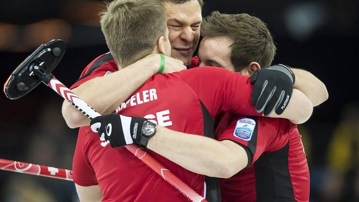 Ziel nicht erreicht, sondern übertroffen: Claudio Pätz (Mitte) feiert den grössten Titel seiner Karriere. Keystone