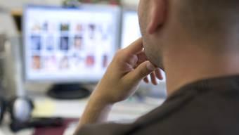 Ein Mitarbeiter der nationalen Koordinationsstelle zur Bekämpfung der Internet-Kriminalität (KOBIK) fahndet in seinem Büro in Bern nach illegaler Pornografie im Internet. Der ehemalige Gemeindepräsident von Berneck SG wird sich wegen Pornografie vor Gericht verantworten müssen. (Symbolbild)