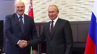 HANDOUT - Russlands Präsident hat seinen belarussischen Amtskollegen Alexander Lukaschenko (l) in Sotschi empfangen. Das Gespräch dauerte rund vier Stunden und sei «konstruktiv und intensiv» gewesen, hieß es. Foto: -/Russian Presidential Press Service/AP/dpa - ACHTUNG: Nur zur redaktionellen Verwendung und nur mit vollständiger Nennung des vorstehenden Credits