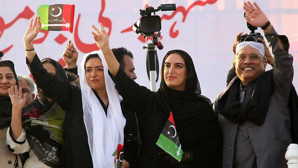Asif Zardari, früherer Präsident und Ehemann der Regierungschefin Benazir Bhutto, mit seinen Töchtern am 10. Jahrestag der Ermordung Bhutto's.
