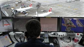 Ein Skyguide-Fluglotse im Tower des Flughafens Zürich.