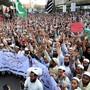 Tausende folgen in Pakistan den Aufrufen radikalislamischer Gruppen und protestieren gegen den Freispruch einer wegen Blasphemie verurteilten Christin durch das Oberste Gericht.