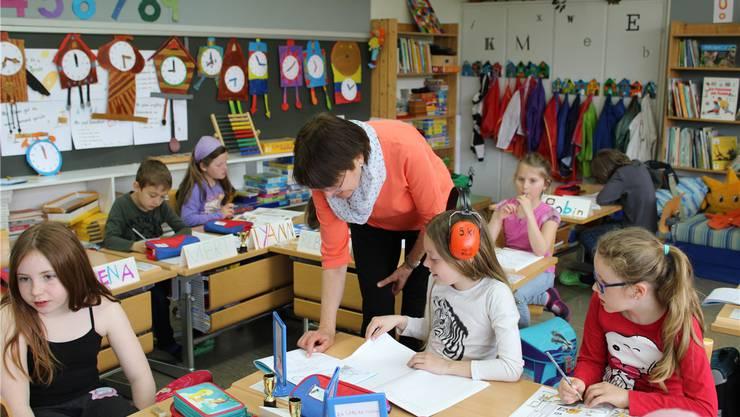 Rosmarie Schneider hilft den Kindern bei ihren Aufgaben weiter. Karin Pfister