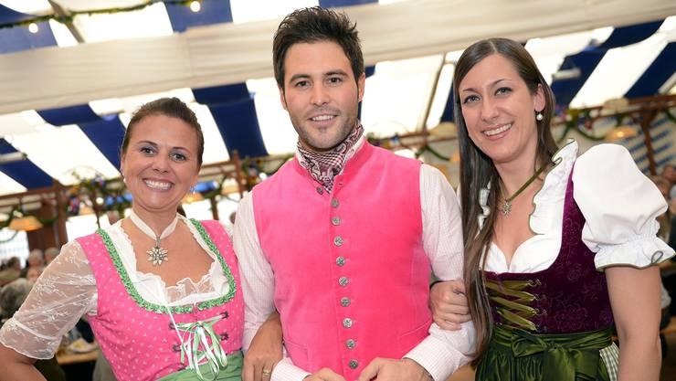 Im Anstechen «eine Pumpi»: Mister Schweiz Reto Cavegn in Pink. Keystone