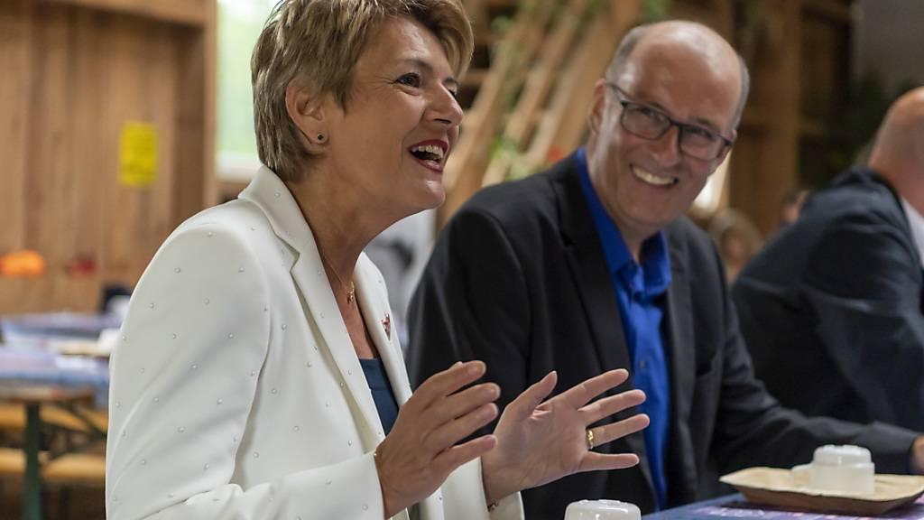 Bundesrätin Karin Keller-Sutter und Bauernverbands-Präsident Markus Ritter auf einem Bauernhof in Kleinwangen LU.