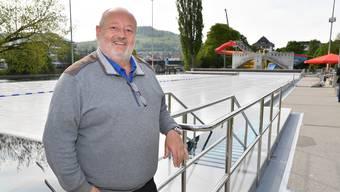 Chefbadmeister Thomas Müller ist absolut begeistert vom neuen 50m-Chromstahlbecken.